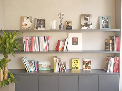 豊富な種類の雑誌・書籍が並ぶ本棚