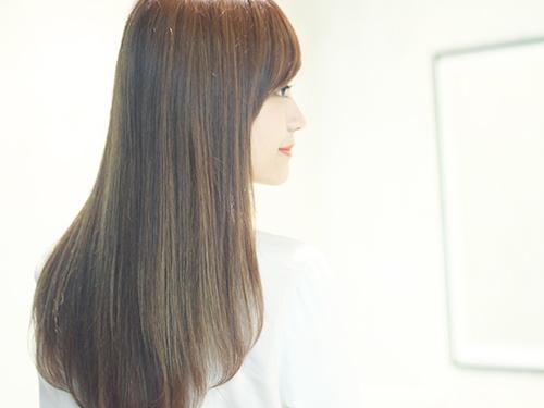 艶髪の女性の後ろ姿