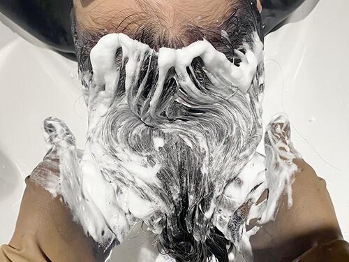 ミネコラパウダー入りクリームを髪に塗布